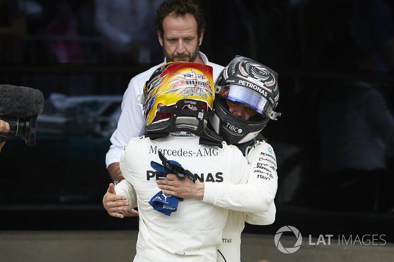 Ganador de la carrera Lewis Hamilton, Mercedes AMG F1, celebra en Parc Ferme, Valtteri Bottas, Mercedes AMG F1 W08