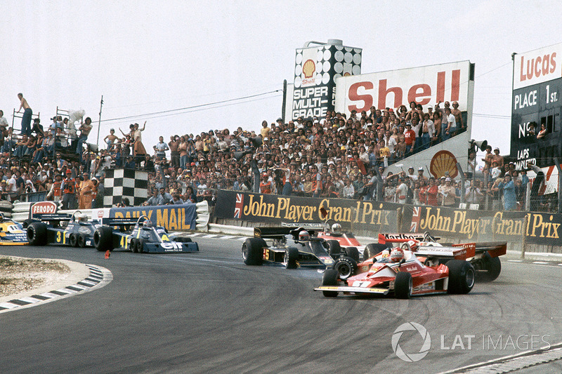 Clay Regazzoni, Ferrari 312T2, James Hunt, McLaren M23 crash as Niki Lauda, Ferrari 312T2