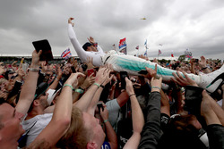 Race winner  Lewis Hamilton, Mercedes AMG F1 W08 celebrate with the fans