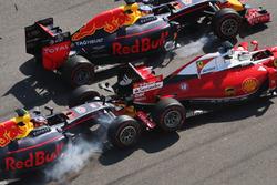 Авария на старте: Даниил Квят, Red Bull Racing RB12 и Себастьян Феттель, Ferrari SF16-H