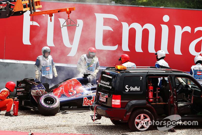 La Scuderia Toro Rosso STR11 danneggaita di Daniil Kvyat, viene portata via dopo il suo incidente durante le qualifiche