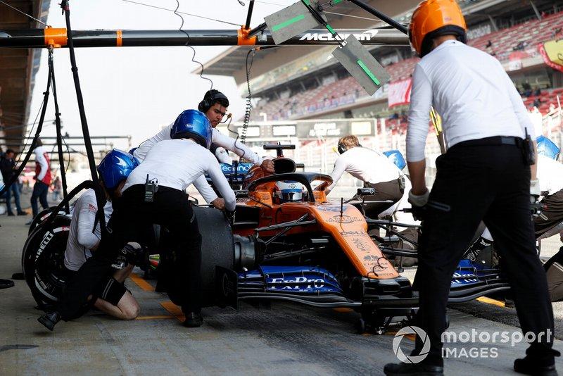 Карлос Сайнс (McLaren MCL34 Renault) на піт-стопі