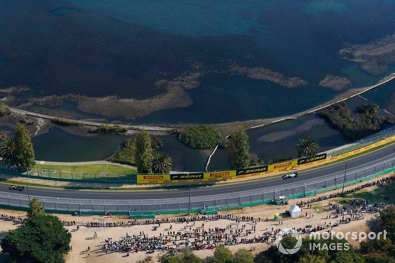 Daniel Ricciardo, Renault F1 Team R.S.19, devant Robert Kubica, Williams FW42
