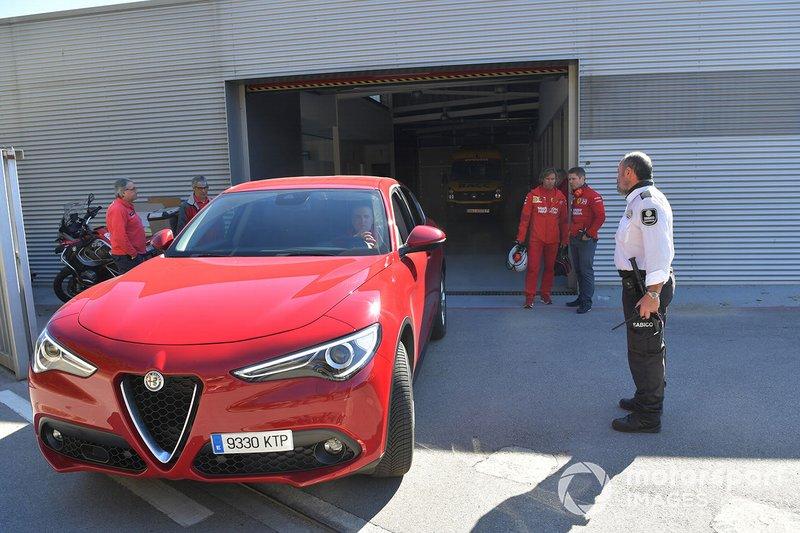 Une Alfa Romeo Stelvio quitte le centre médical