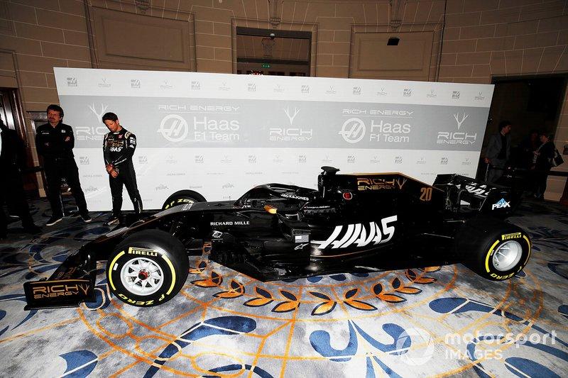 Guenther Steiner, Team Principal, Haas F1 e Romain Grosjean, Haas F1 Team, Haas F1 Team , svelano la nuova livrea sulla VF-18 del Team Haas F1