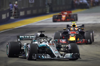 Lewis Hamilton, Mercedes AMG F1 W09 EQ Power+, devant Max Verstappen, Red Bull Racing RB14