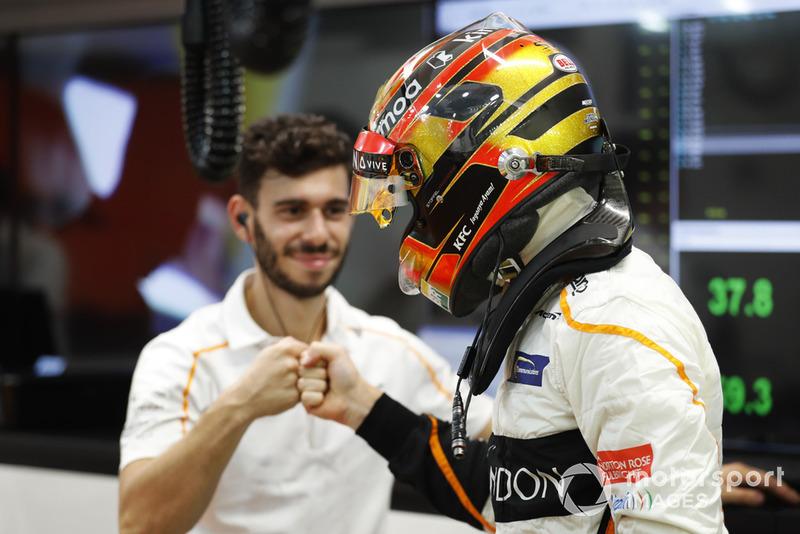 Stoffel Vandoorne, McLaren se prépare avec son mécanicien