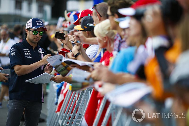 Sergio Perez, Force India, firma autógrafos para fanáticos