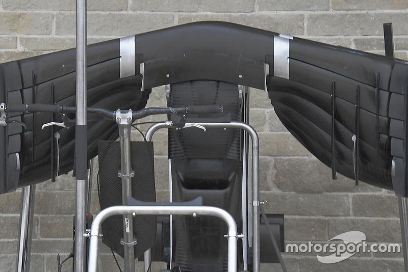Bagian bawah sayap depan Sauber C37