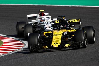 Nico Hulkenberg, Renault Sport F1 Team R.S. 18, leads Charles Leclerc, Sauber C37