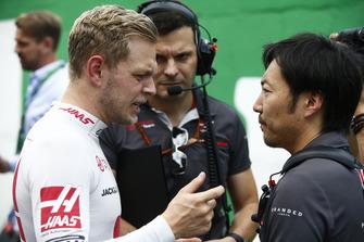 Kevin Magnussen, Haas F1 Team, talks to Ayao Komatsu, Chief Race Engineer, Haas F1, on the grid