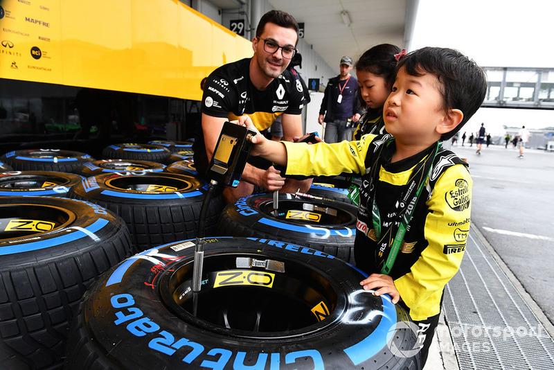 Pequeños fans de Renault Sport F1 Team y neumático Pirelli