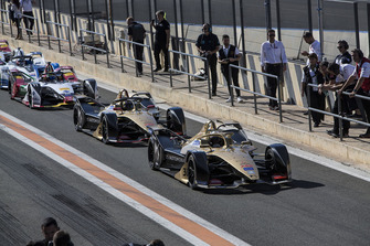 2018/19 Los coches de la Temporada 5 se alinean en el pit lane a partir de Andre Lotterer, DS TECHEETAH, DS E-Tense FE19 y Jean-Eric Vergne, DS TECHEETAH, DS E-Tense FE19