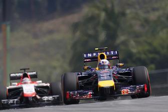 Daniel Ricciardo, Red Bull Racing RB10 Renault, devance Jules Bianchi, Marussia MR03 Ferrari