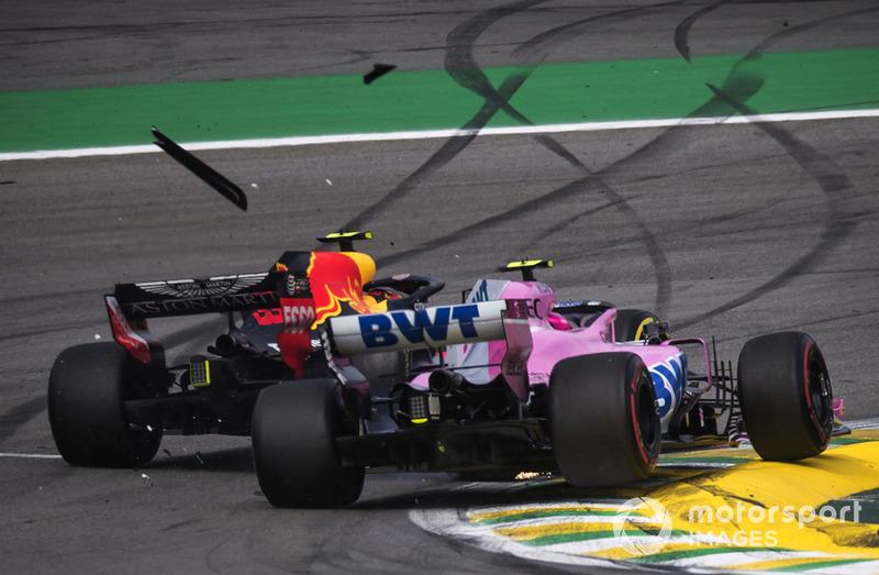 El líder Max Verstappen, Red Bull Racing RB14 choca con Esteban Ocon, Racing Point Force India VJM11