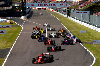 Kimi Raikkonen, Ferrari SF71H, leads Romain Grosjean, Haas F1 Team VF-18, Pierre Gasly, Scuderia Toro Rosso STR13, Sebastian Vettel, Ferrari SF71H, Brendon Hartley, Toro Rosso STR13, Sergio Perez, Racing Point Force India VJM11, at the start of the race