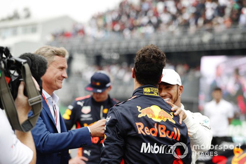 Lewis Hamilton, Mercedes AMG F1, felicita a Daniel Ricciardo, Red Bull Racing, mientras habla con el presentador David Coulthard en la parrilla luego de tomar la Pole Position
