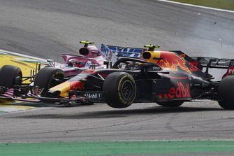 Crash: Max Verstappen, Red Bull Racing RB14, Esteban Ocon, Racing Point Force India VJM11