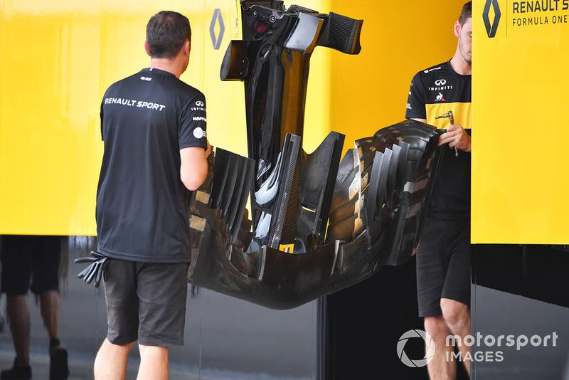 Les mécaniciens Renault avec un aileron avant de la R.S.18