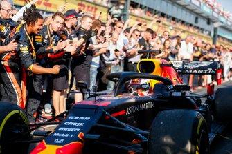 Max Verstappen, Red Bull Racing RB15, y su equipo celebran el podio en parc fermé