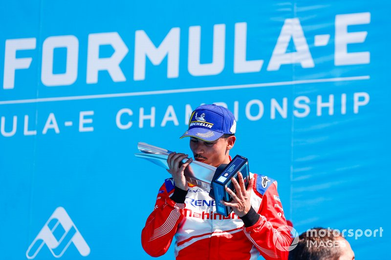 Pascal Wehrlein, Mahindra Racing, bacia il trofeo del 2° classificato sul podio