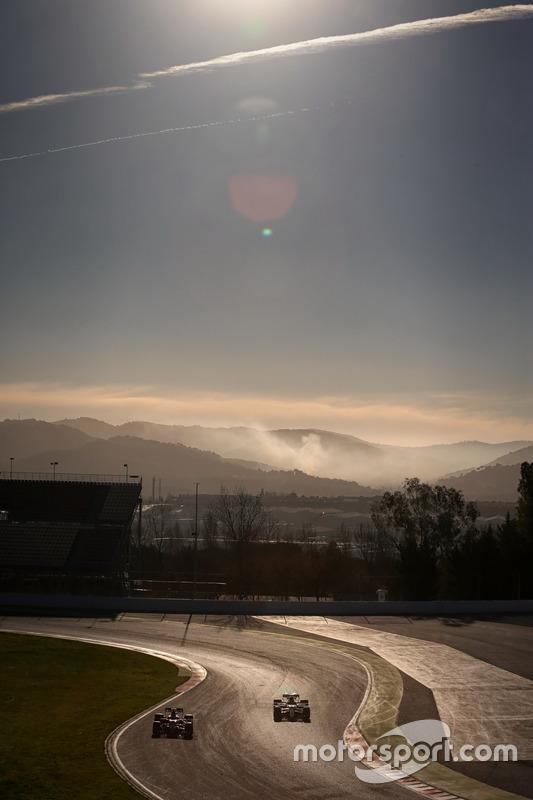 Daniil Kvyat, Scuderia Toro Rosso STR12; Lewis Hamilton, Mercedes AMG F1 W08