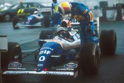 Le vainqueur Damon Hill, Williams, est félicité par le deuxième Michael Schumacher, Benetton