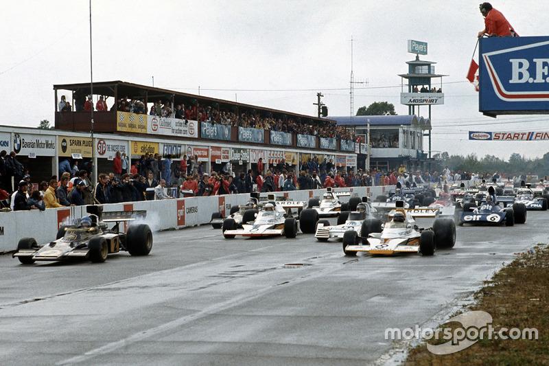 Largada: Ronnie Peterson, Lotus 72D Ford, y Peter Revson, McLaren M23 Ford lideran