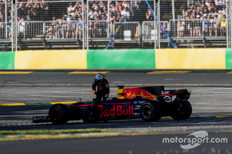 Daniel Ricciardo, Red Bull Racing RB13, se queda varado