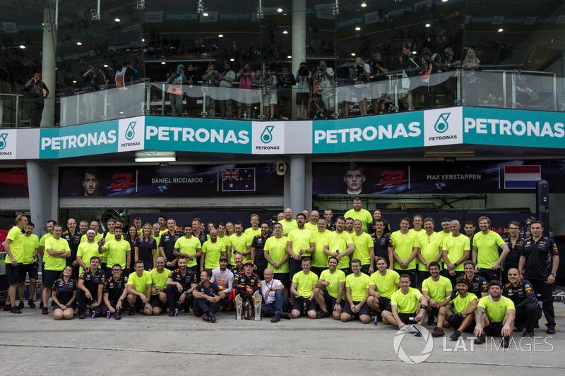 Race winner Max Verstappen, Red Bull Racing with Christian Horner, Red Bull Racing Team Principal, Dr. Helmut Marko, Red Bull Motorsport Consultant, Daniel Ricciardo, Red Bull Racing and the team