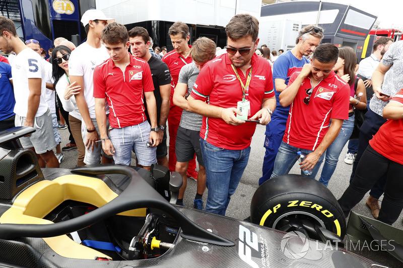 Charles Leclerc, PREMA Powerteam y Antonio Fuoco, PREMA Powerteam, miran el nuevo coche de F2