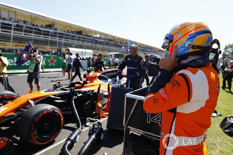 Fernando Alonso, McLaren MCL32 gets ready