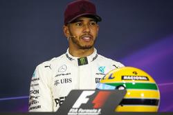 Le poleman Lewis Hamilton, Mercedes AMG F1 lors de la conférence de presse