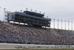 Kyle Busch, Joe Gibbs Racing Toyota, Kurt Busch, Stewart-Haas Racing Ford lead the field on a restart