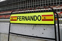 Boxentafel für Fernando Alonso, McLaren