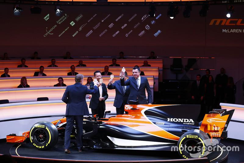 Слева направо: телеведущий Саймон Лэзенби, старший директор Honda Юсуке Хасегава, исполнительный директор McLaren Technology Group Зак Браун, гоночный директор McLaren Эрик Булье возле MCL32