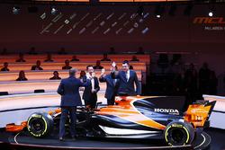 I-D: Presentador Simon Lazenby, Yusuke Hasegawa, Senior Managing Officer, Honda, Zak Brown, Director Ejecutivo de McLaren Technology Group, y Eric Boullier, Director Deportivo de McLaren, brindan por el MCL32