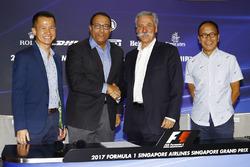 Lionel Yeo, PDG Singapore Tourism Board, Mr S. Iswaran, ministre du commerce, de l'industrie et de l'éducition de Singapour, Chase Carey, PDG Formula One Group et Ong Beng Seng, propriétaire Hotel Properties Ltd se serrent les mains après le nouvel accord