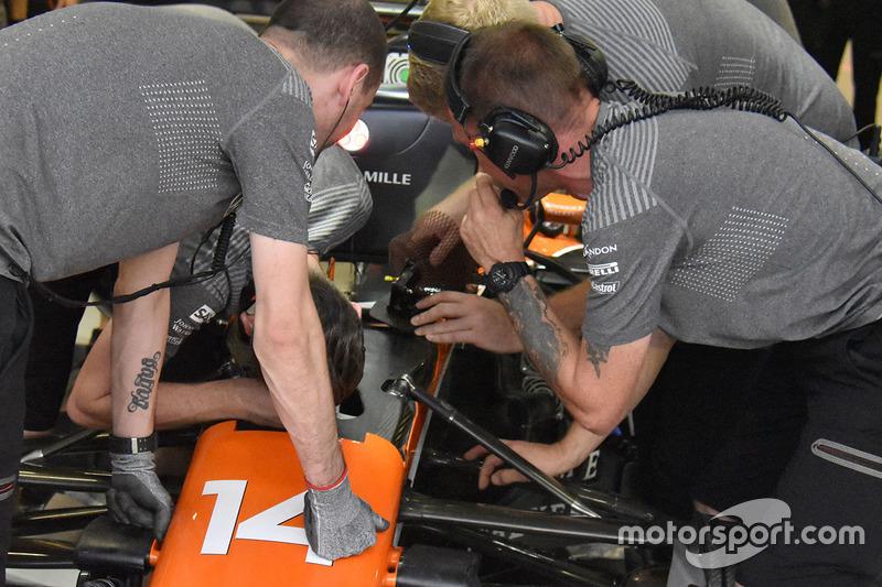Fernando Alonso, McLaren MCL32, pedale del freno
