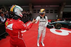 Lewis Hamilton, Mercedes AMG, si congratula con Sebastian Vettel, Ferrari