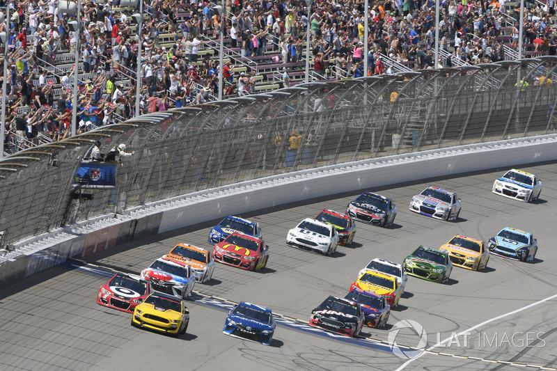 Ford GT 350 pace car, Kyle Larson, Chip Ganassi Racing Chevrolet, Martin Truex Jr., Furniture Row Racing Toyota, Clint Bowyer, Stewart-Haas Racing Ford, Kyle Busch, Joe Gibbs Racing Toyota