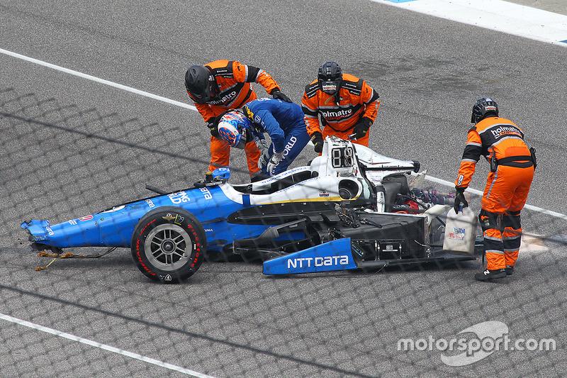 Scott Dixon, Chip Ganassi Racing Honda, descend de sa voiture après son énorme accident