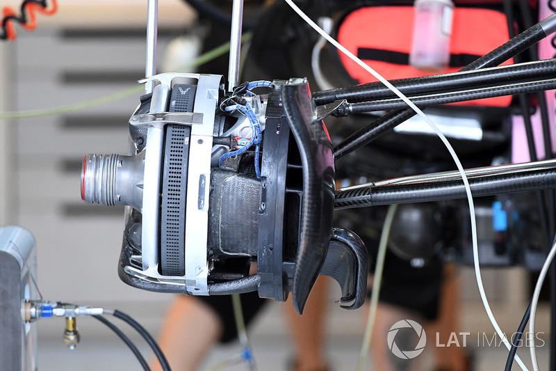 Un frein avant et un moyeu de roue de la Force India VJM10