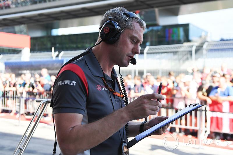 Stuart Cramp jefe de mecánicos de Haas F1 Team y el equipo practicando un pit stop