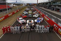 Групове фото усіх машин та гонщиків