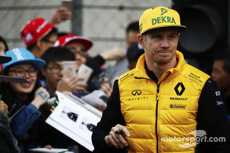Nico Hülkenberg, Renault Sport F1 Team, gibt Autogramme