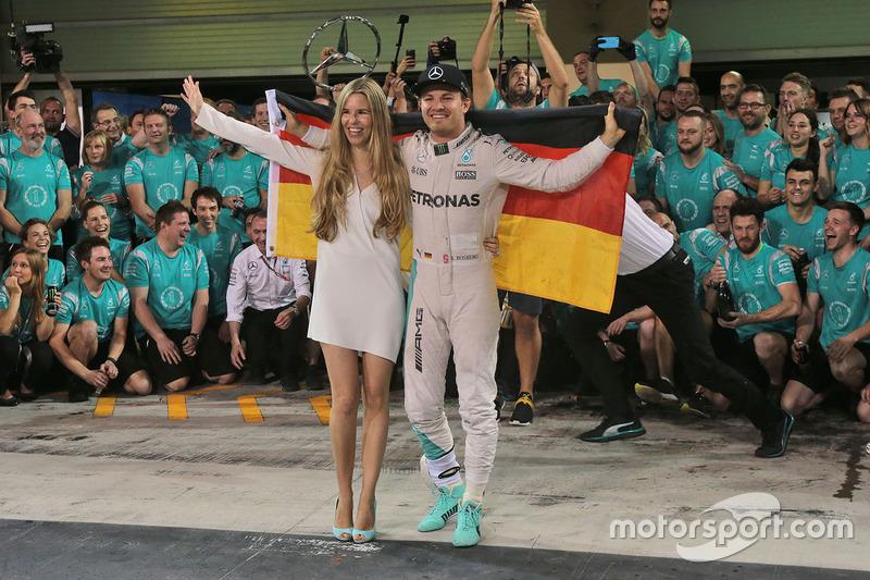 Nico Rosberg, Mercedes AMG F1 feiert seinen WM-Titel mit seiner Frau Vivian Rosberg und dem Team ...