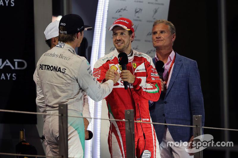 Nico Rosberg, de Mercedes AMG F1 celebra su campeonato del mundo en el podio con Sebastian Vettel, F