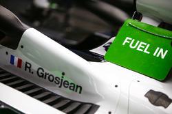 Un panneau d'entrée de carburant sur la VF-18 Ferrari de Romain Grosjean, Haas F1 Team