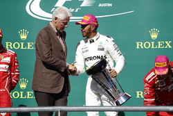 Former US President Bill Clinton presents Race winner Lewis Hamilton, Mercedes AMG F1, with the winn